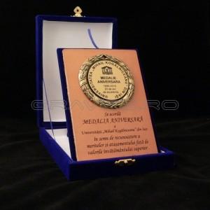 Gravura_medalie_aniversara_pe_suport_din_piele_in_cutie_plusatat_-_Universitatea_Mihail_Kogalniceanu